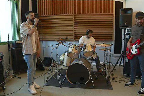 Mandah en pleine répétition à Evreux (Eure).