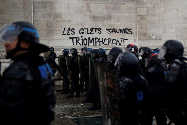 1er décembre 2018, saccage de l'Arc de Triomphe par les gilets jaunes.