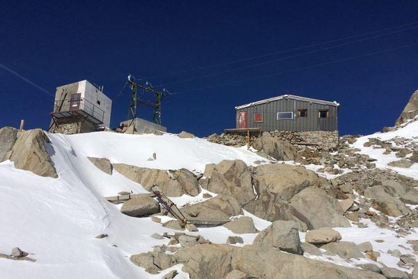 À 3600 mètres, l'arrivée du téléphérique du Glacier a été démantelée. Sur place, il reste l'abri Simon ainsi qu'un poste EDF.
