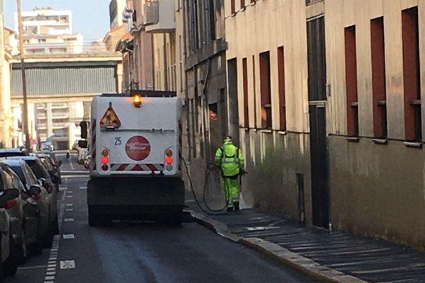 """La ville de Saint-Etienne, a opté pour un nettoyage """"soutenu"""" contrairement à Roanne qui a préféré la désinfection de ses rues"""