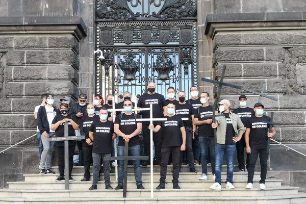 Rassemblés devant la préfecture du Puy-de-Dôme à Clermont-Ferrand, mercredi 22 septembre, les patrons de discothèque veulent interpeller l'Etat.