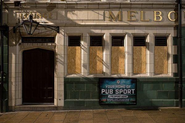 Un pub fermé à Leeds, dans le nord de l'Angleterre.