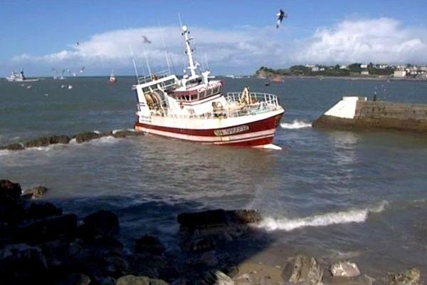 Le Cintharth est échoué devant le port de Saint-Jean-de-Luz