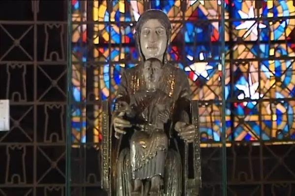 La Vierge en majesté se démarque par la grande taille de ses mains.