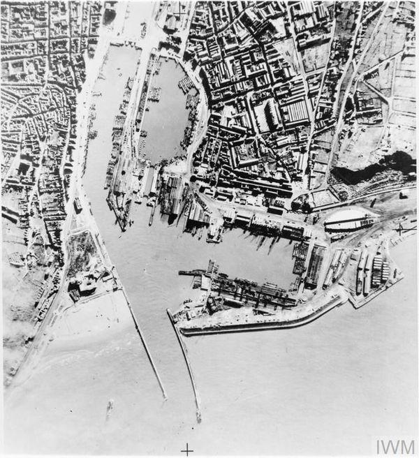 """Photographie aérienne britannique montrant les barges allemandes rassemblées dans l'avant-port de Boulogne-sur-Mer pour l'Opération """"Seelöwe""""."""