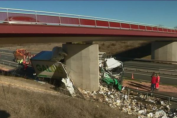 Le camion s'est encastré dans une pile de pont, en pleine ligne droite, sur l'A75, dans l'Aveyron.