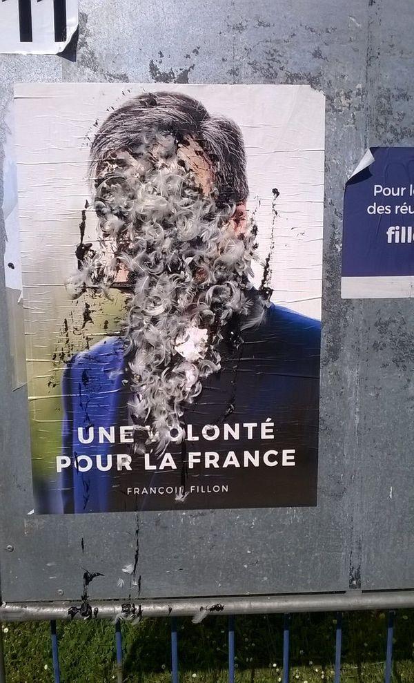 Les panneaux d'affichage de François Fillon, ont été aussi vandalisés dans la nuit du 17 au 18 avril 2017 à Libourne.