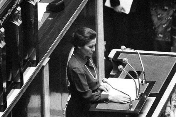 Simone Veil à la tribune de l'Assemblée Nationale