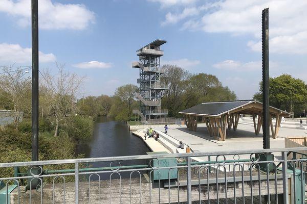 Vu du pont de l'écluse, le nouvel aménagement de Rozé avec sa tour et sa grande halle équipée en photovoltaïque