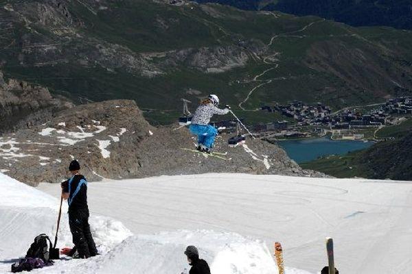 Sur le glacier de La Grande Motte à Tignes, dans les Alpes, à 3256 mètres, un skieur acrobatique peut réaliser des performances de juin à septembre.