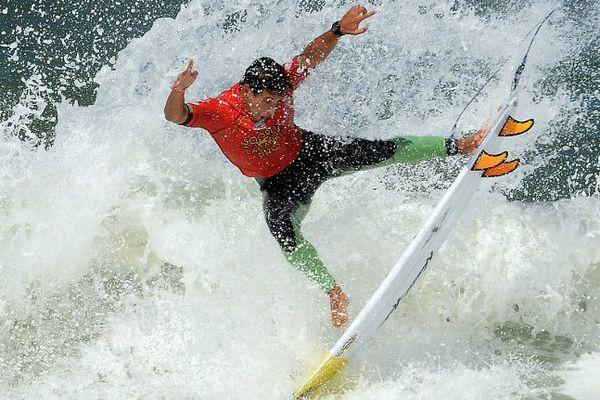 Le surfer français Maxime Huscenot dans les vagues durant une compétition de surf à Lacanau en 2014.