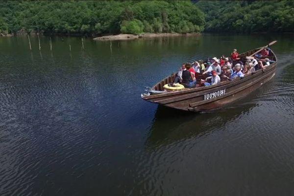 Aujourd'hui la gabare permet aux touristes de découvrir le magnifique paysage le long de la Dordogne