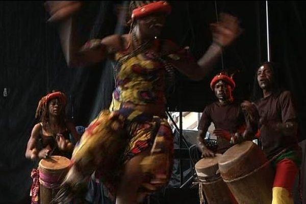 La compagnie Ma-Nkoussou sur l'une des scènes du FIMU 2013