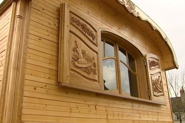 Deux détenus du centre pénitentiaire de Moulins-Yzeure, dans l'Allier, ont été formés à l'ébénisterie, la marqueterie et la sculpture sur bois en prison. Ils ont obtenu trois CAP et montré leur savoir-faire en fabriquant une roulotte. Elle est le résultat de 3 500 heures de travail.