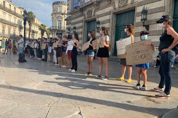 Des pancartes contre le remaniement gouvernemental.