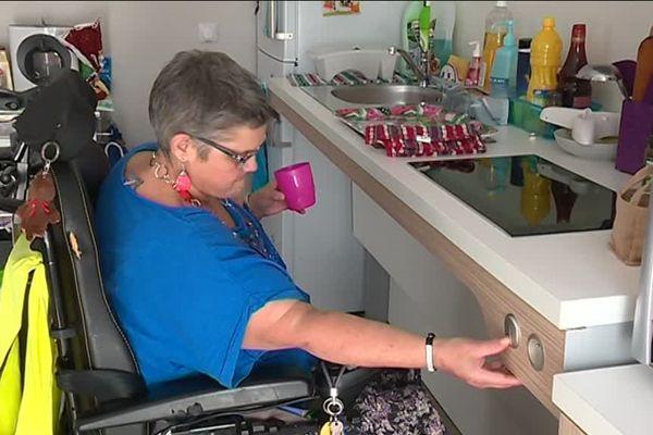 Un plan de travail adapté dans la cuisine dans cet appartement équipé pour les personnes handicapées