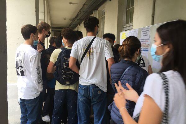 Le grand rush sur le tableau des résultats, Lycée Gustave Eiffel à Bordeaux, mardi 6 juillet 2021
