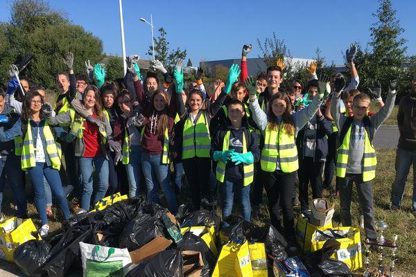 Les collégiens de St Jean Baptiste ont récolté de nombreux déchets en bordure de la zone commerciale à Guérande