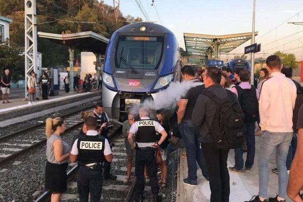Les manifestants bloquent la voie en gare de Givors