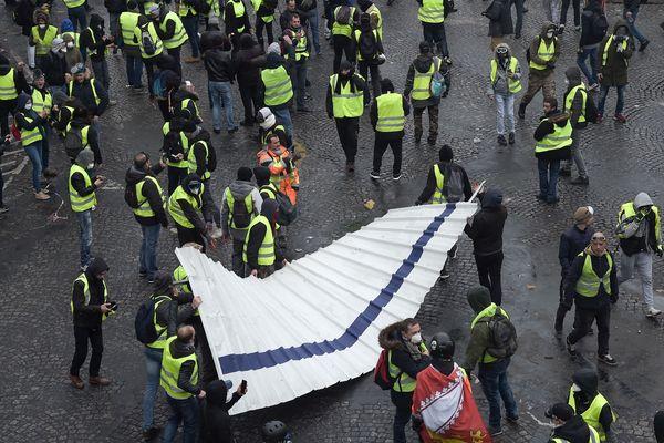 Ce samedi 1er décembre, des milliers de gilets jaunes sont venus défiler sur les Champs-Élysées à Paris (photo d'illustration).