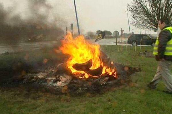 Les grévistes ont brûlé des pneus devant l'usine de Douai