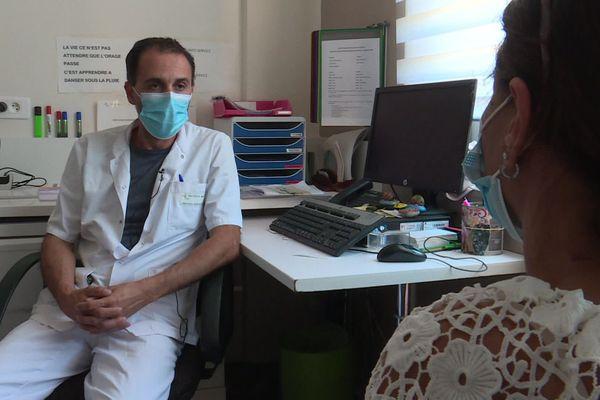 Le Dr Michael Bazin, addictologue, à l'écoute de sa patiente