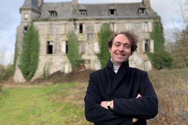 Guillaume Denniel, devant le château de la Boissière, à Edern, dans le Finistère