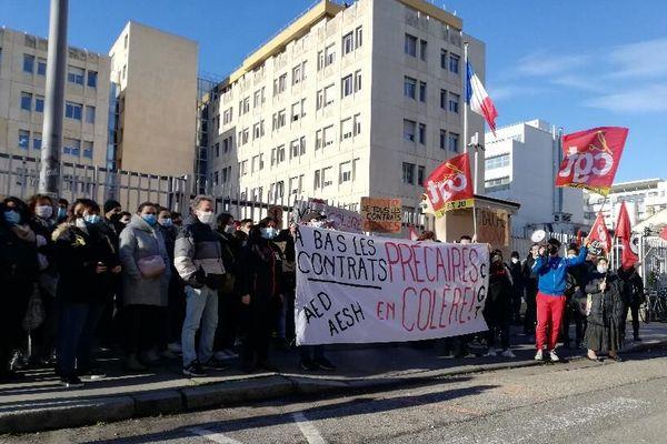 A Lyon, les Assistants d'Education (AED) en colère sont rassemblés ce mardi après-midi (19/1/21) devant le rectorat, rue de Marseille (7e)
