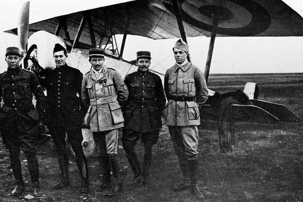 Kiffin Y. Rockwell (2ème personne en partant de la gauche)