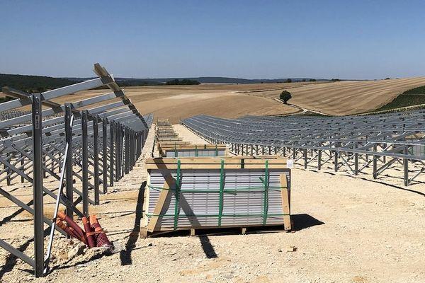 Une centrale solaire est en train de sortir de terre sur une ancienne carrière de calcaire située à Vermenton, dans l'Yonne.