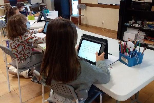 Le département a fourni des tablettes pour que le professeur mette en place une classe numérique.