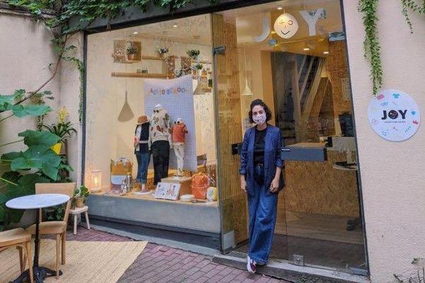 Une lauréate du trophée Commerce Design Strasbourg Eurométropole, devant sa boutique primée