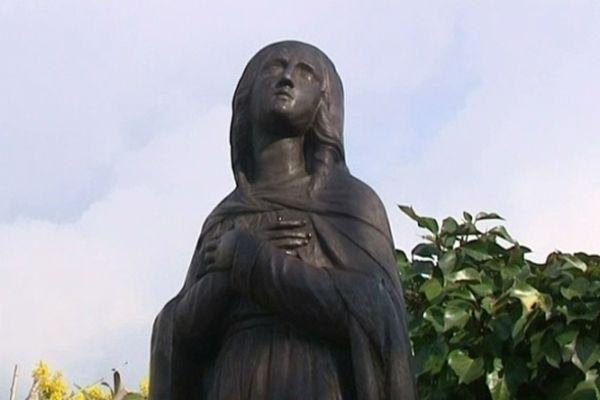 La statue de la vierge noire a pris la place d'une ancienne cabine téléphonique.