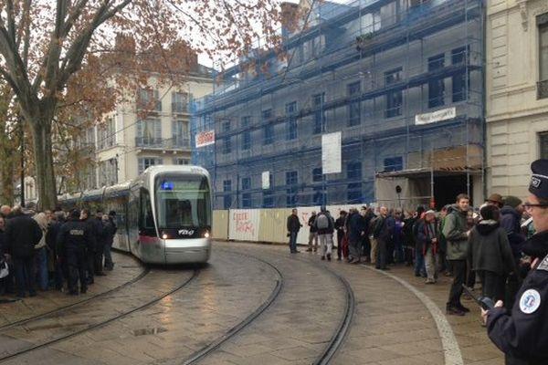 A gauche du tram, les pro, et à droite, les contre. Tous sont venus manifester ce matin, dans l'attente de la décision du Tribunal Administratif de Grenoble.