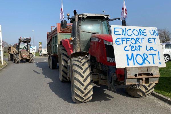 Plusieurs dizaines d'agriculteurs bloquent le centre commercial de Boisseuil