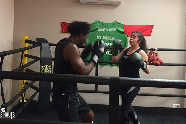 La championne de boxe thaï Sonia Choukard est un sacré exemple de combativité!