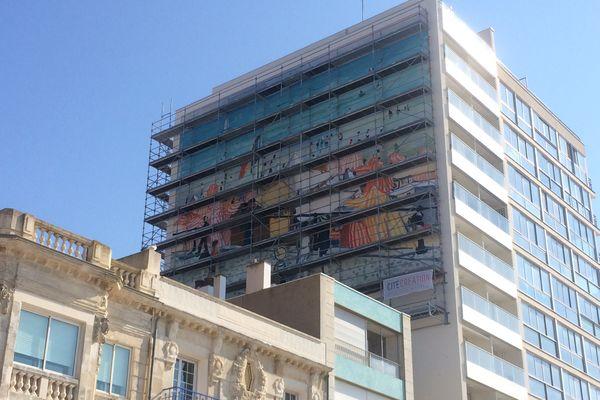 """La peinture """"L'été à la plage"""" d'Albert Marquet reproduite sur le pignon d'un immeuble des Sables-d'Olonne"""