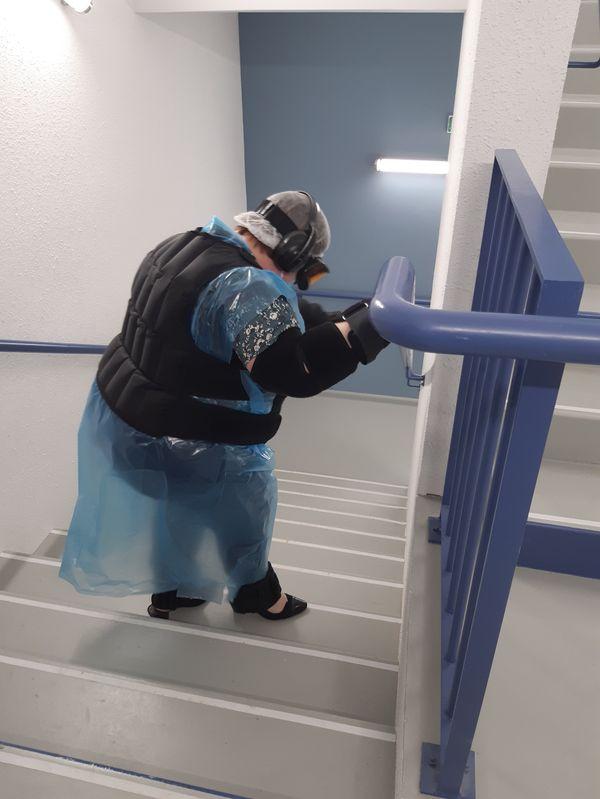 """""""Descendre les escaliers était très compliqué car je ne voyais pas du tout les marches. Le casque réduit le champ visuel et crée un jaunissement du cristallin qui altèrent la vision."""""""