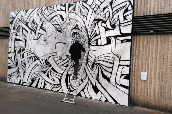 L'artiste achevant son oeuvre, samedi 15 avril 2017.