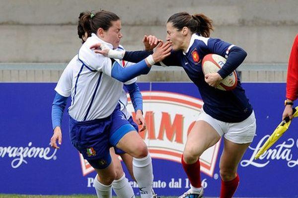 Caroline Ladagnous (D) lors d'un match de l'équipe de France contre l'Italie