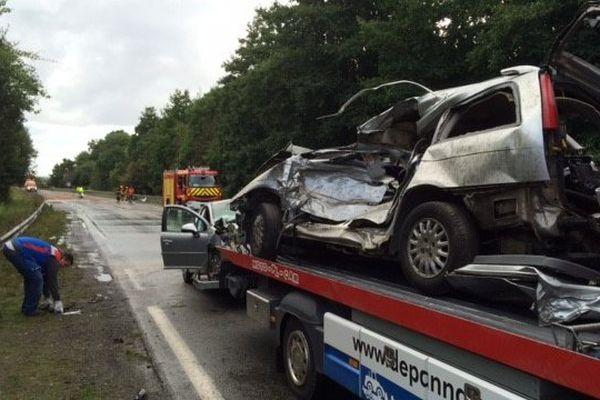 L'un des véhicules complètement détruit, évacué après le terrible accident qui a fait trois morts