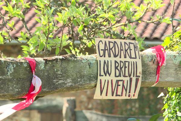 Au Breuil, des pancartes affichent clairement la position des habitants opposés à la carrière.
