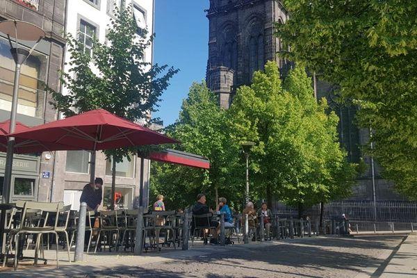 Mardi 2 juin, les premiers clients des cafés étaient fidèles au rendez-vous, place de la Victoire à Clermont-Ferrand.