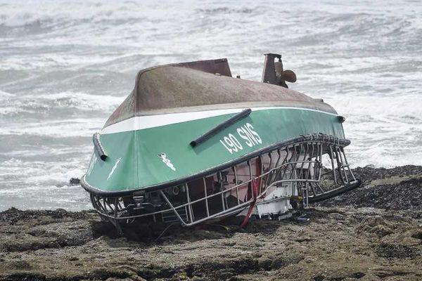 Sept sauveteurs en mer étaient à bord de l'embarcation pour porter secours au pêcheur. Trois d'entre eux sont décédés.