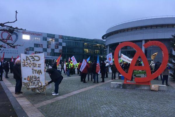 Une centaine de manifestants devant le conseil départemental du Haut-Rhin avant l'élection du président de la  Collectivité européenne d'Alsace le 2 janvier 2021.