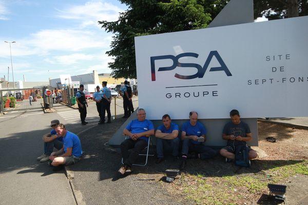 Le blocage de la fonderie de Sept-Fons, dans l'Allier, a débuté mercredi 5 juillet, peu avant 6h00. Les salariés de GM&S voulaient faire pression sur PSA. Le groupe a décidé de contourner le blocus en faisant appel à des hélicoptères pour sortir sa production du site.