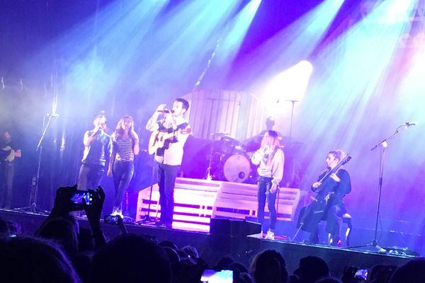 Les membres du groupe Boulevard des Airs sur scène avec les chanteuses de L.E.J