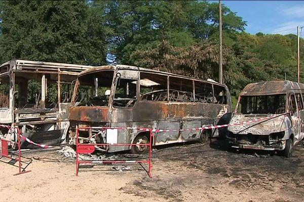 L'incendie a détruit trois bus de transport appartenant à un loueur de canoës.