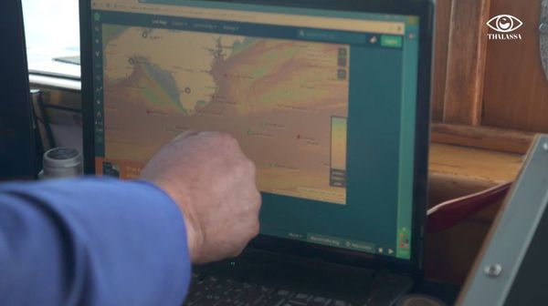Un pêcheur anglais montre les bateaux français qui pêchent à la limite des 6 miles.