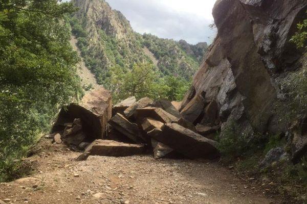 Canigou (Pyrénées-Orientales) - la route du Canigou coupée à cause d'un éboulement - 11 juillet 2019